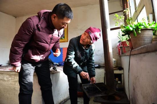 菩提塔西社区平房住户杨佛英老人使用兰炭。