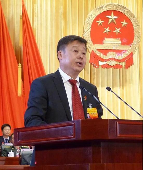 ▲新当选的乌海市人大常委会主任郝健君作表态发言