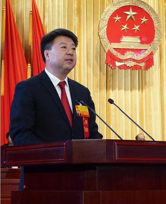 ▲新当选的乌海市人民政府市长高世宏作表态发言