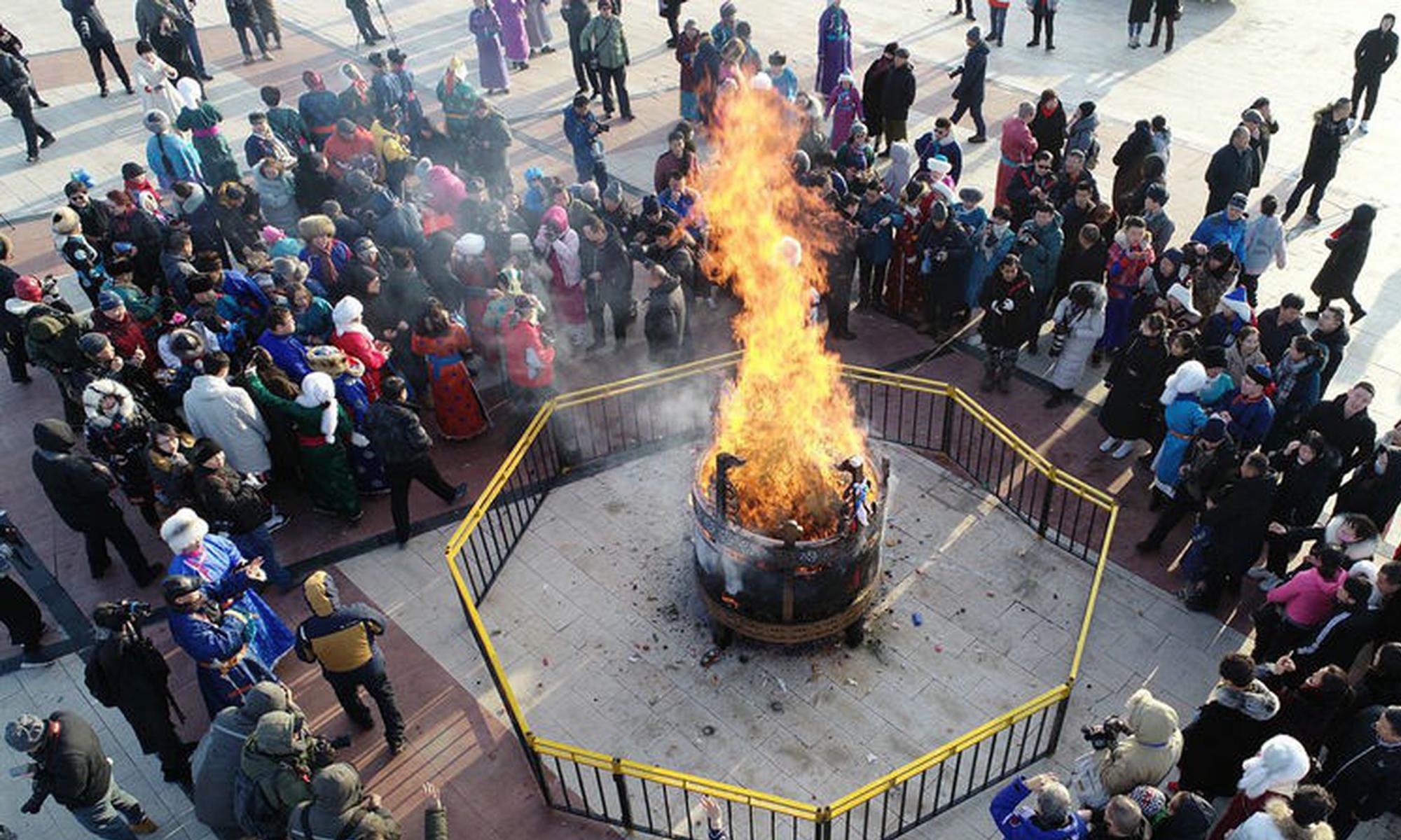 """蒙古族群众""""祭火""""过小年"""