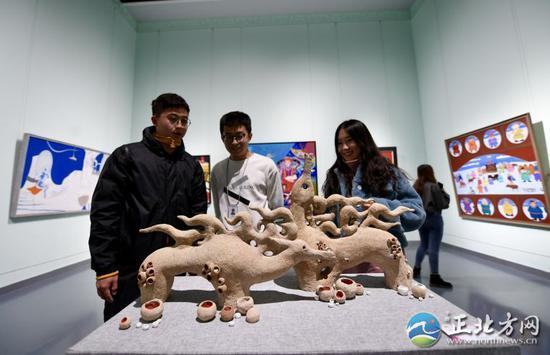 觀賞雕塑作品。