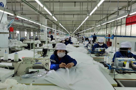 鄂尔多斯羊绒集团工程技术研究中心攻克从制衣到制防护用品的技术难题。