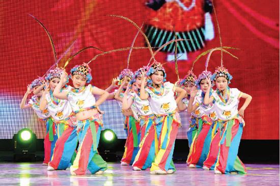 5月27日,在位于呼和浩特市的内蒙古艺术学院演艺厅,小朋友们表演少儿京剧舞蹈《俏花旦》。