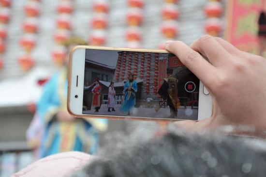 市民纷纷用手机记录下来