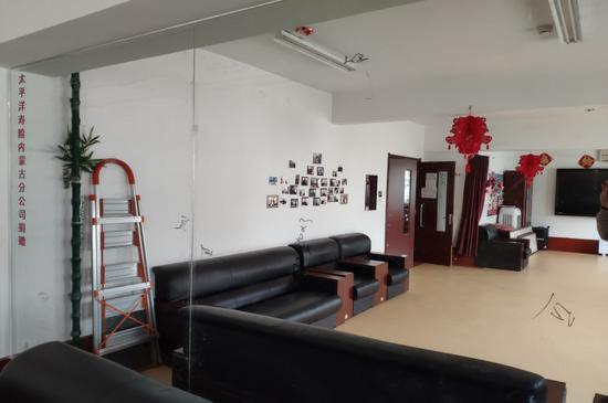 公司捐赠的安装在活动室中的镜子