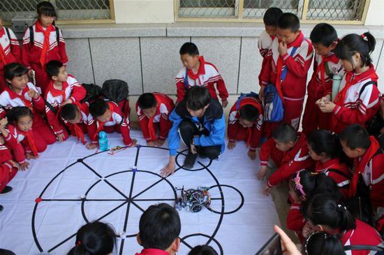 大学生哥哥展示机器人运动原理