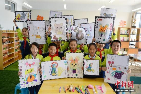 资料图:小学生展示绘制的生肖图案邮票。(图文无关)中新社记者 刘文华 摄
