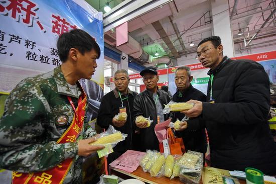 乌拉特前旗新型职业农民农产品展台受到欢迎。