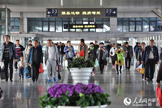 """""""五一""""小长假临近,火车站客流量逐渐增多。"""