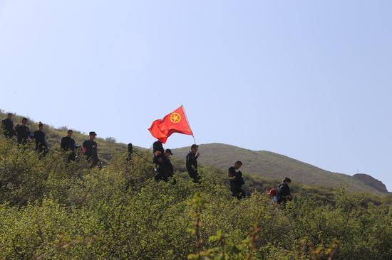 鲜艳的团旗在青山间飘逸