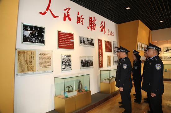 组织青年民警参观纪念馆
