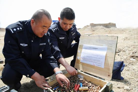 民警在整理即将销毁的弹药