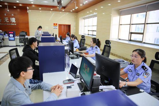民警为群众办理出入境证件。