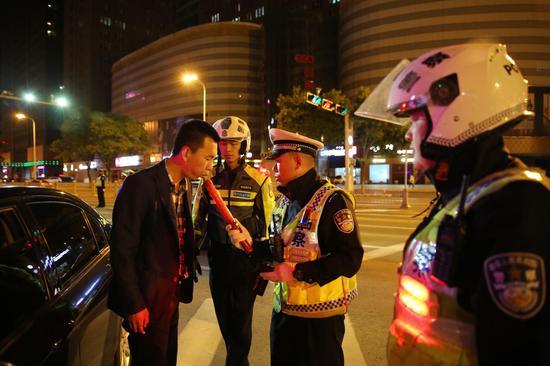 民警在检测酒驾行为(韩斌)
