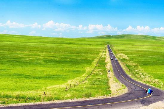 趁着盛夏,一辆吉普车,好友两三,一个向往锡林郭勒草原的想法,一条尽显地域特色的千里风景大道,开启一段无穷尽的快乐之旅,多年后将留在美好的回忆里,烦了、累了,就再来看看草原吧!