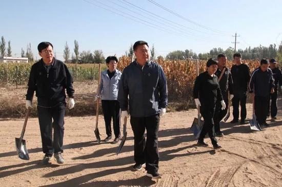 史万钧等四大班子领导参加灾后重建义务劳动。