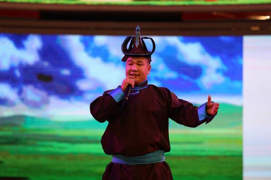 歌手现场表演蒙古族长调民歌《小黄马》