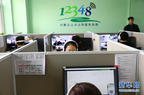 """""""12348""""公共法律服务中心律师正在远程提供法律咨询。(新华网 萨仁托雅 摄)"""