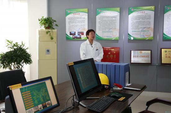贺卫芳创新工作室针对生产问题发明新技术。摄影/北方新报融媒体首席记者 王树天