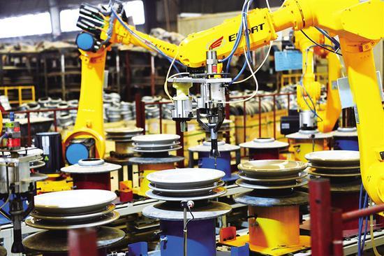 1月12日,内蒙古精诚高压绝缘子有限责任公司的机械手自动化胶装生产线繁忙而有序。