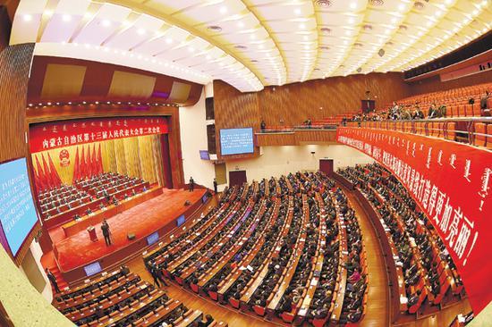 1月30日,自治区十三届人大二次会议在呼和浩特胜利闭幕。