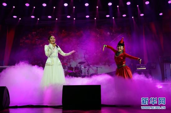 内蒙古民族语电影译制中心演员演唱《阳光般的母爱》。(新华网 白玲迪摄)