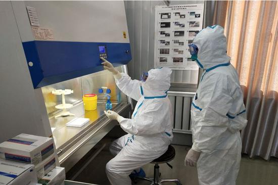 鄂尔多斯市第二人民医院病毒检验团队日夜不停开展检测工作。