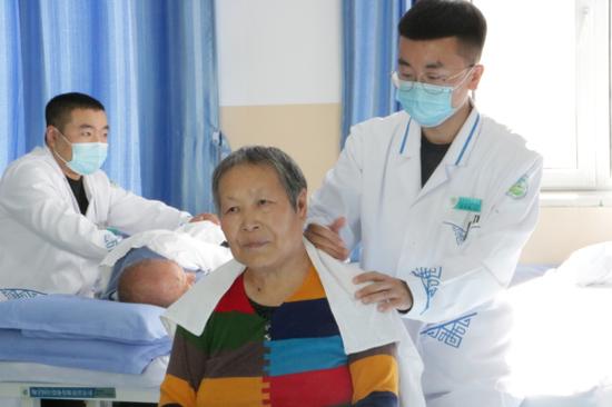 兴安盟蒙医院推行蒙医药鼓励政策 职工医保起付线降低50%