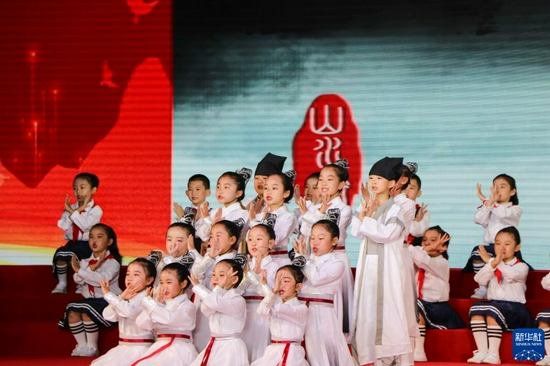 9月14日,鄂尔多斯市东胜区实验小学的学生在开幕式上表演中华经典诵读《悠悠诗情润我心》。新华社记者 朱文哲 摄