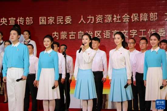 9月14日,来自中国传媒大学、内蒙古大学的学生代表和鄂尔多斯市群众代表在开幕式上朗诵《读中国》。新华社记者 朱文哲 摄