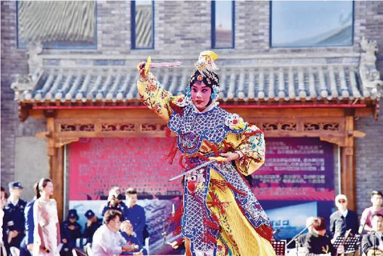 5月22日下午,《打金枝》《霸王别姬》等戏剧节目在呼市玉泉区大盛魁文创园(南区)广场上演。全媒体记者 弓小立 实习生 王雪莹摄影报道