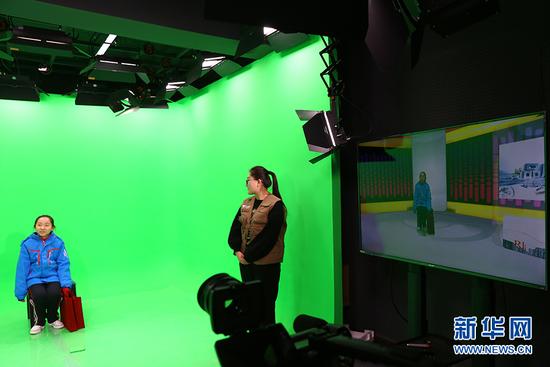 呼和浩特市第三十九中学的学生在体验演播室的节目录制现场。(新华网 萨仁托雅 摄)