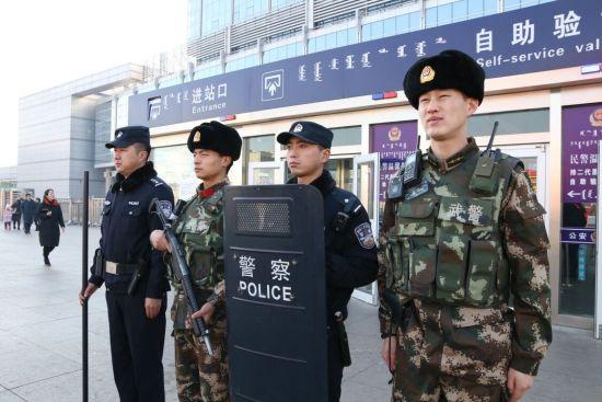 包头铁警联合武警守护春运平安。