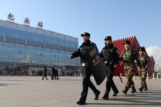 包头铁警联合武警武装巡逻,加强重点区域防控力度。