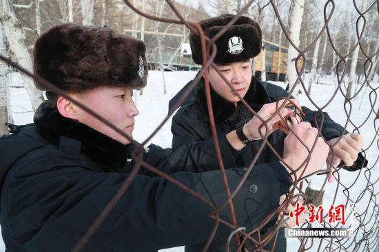 图为:民警修复护栏(韩志祺摄)