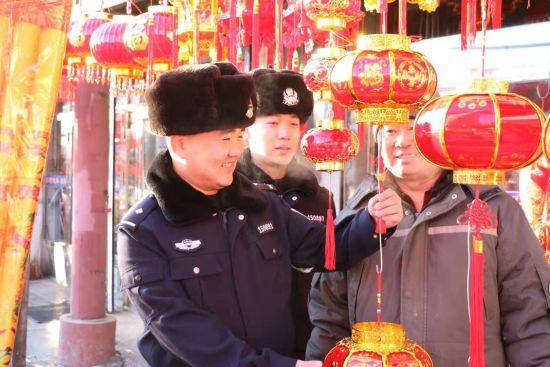 图为:民警到市场购买灯笼。