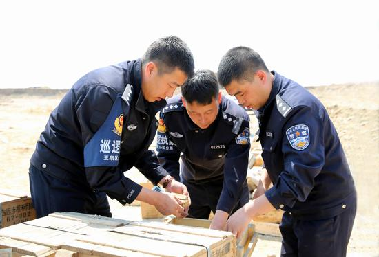 民警们在检查即将销毁的弹药