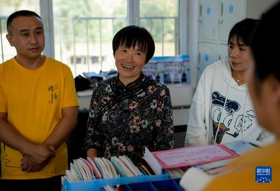 9月8日,在喀喇沁旗南臺子小學,呂瑞蓮(左二)和同事在一起。新華社記者 李志鵬 攝