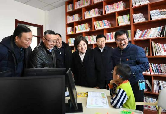 2月23日,自治区党委副书记、自治区主席布小林在阿尔山市新城街森旺社区,了解棚户区改造回迁安置和社区综合服务等情况。
