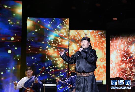 内蒙古民族语电影译制中心演员演唱长调民歌《都仁扎那》。(新华网 白玲迪摄)