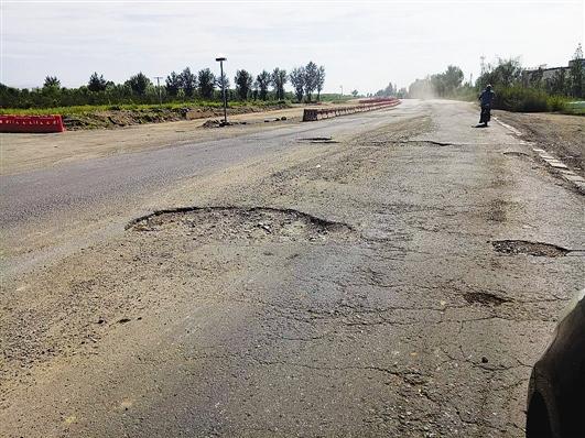 110国道黑土凹村路段路面损毁严重 李俊摄影
