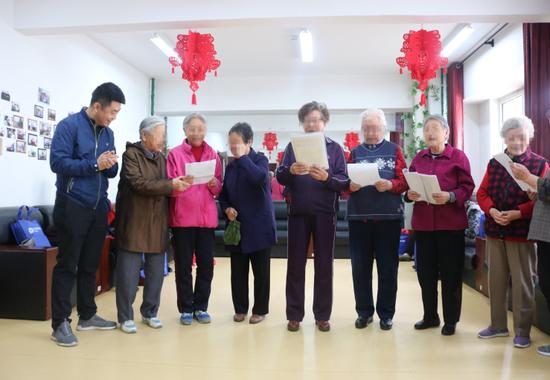 公司副总经理、工会主席王晋军与老人们 共唱红歌
