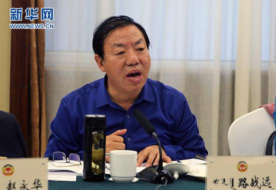 1月11日下午,路战远在内蒙古自治区政协十二届三次会议分组组讨论会上发言。新华网 石毅 摄