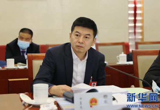 内蒙古自治区人大代表、乌兰察布市委书记、市长费东斌。新华网 曹桢摄