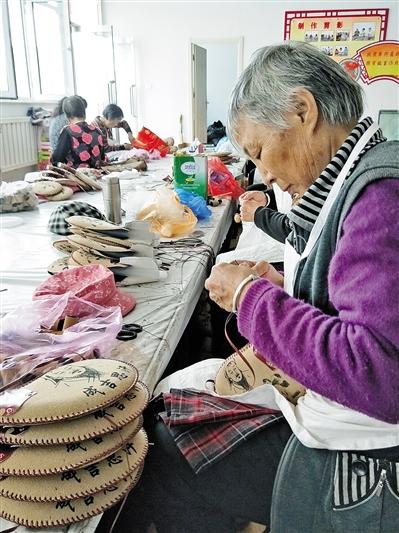 缝制酒壶的工人们。