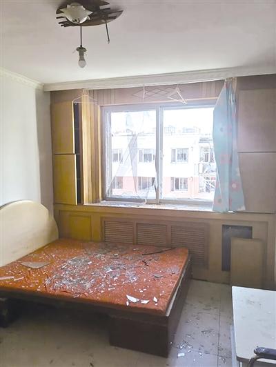 居民家的玻璃被震碎(网友拍摄)