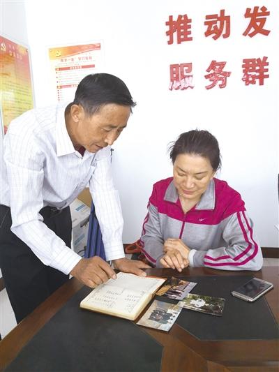 赵光辉(左)讲述中滩公社改革历史