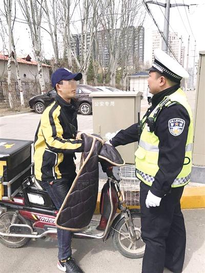 交警查处外卖骑手交通违法行为