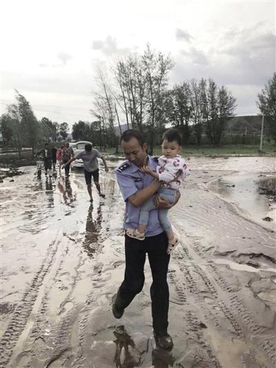 民警怀抱被救幼儿