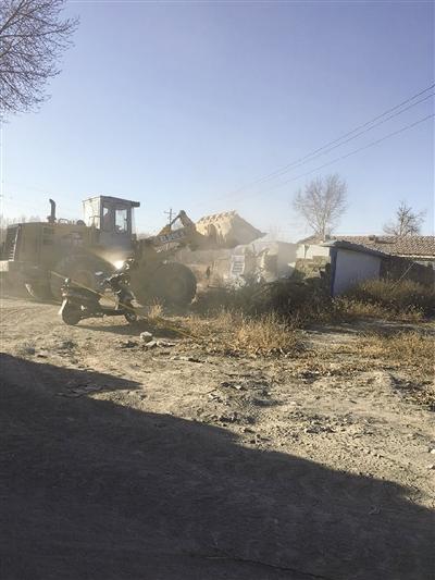 土左旗台阁牧镇达尔架大西营村拆除临时建筑现场。